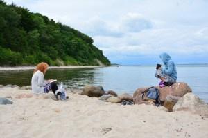 Künstlerinnen Kerstin Mempel und Susanne Haun beim Zeichnen an der Steilküste Kiel (c) Foto von M.Fanke