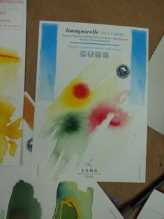 Tusche und Papier werden von den Schülerinnen mit kleinen Motiven probiert (c) Foto von Susanne Haun