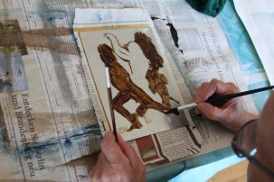 Roswitha deckt die Zinkplatte dort ab, wo nicht geätzt werden soll (c) Foto von Susanne Haun