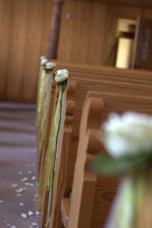 geschmückte Kirchenbänke