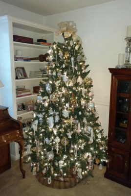 Decorate an all white Christmas tree in 5 easy steps