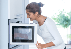 is it safe to warm food in microwave? É seguro aquecer a comida no micro-ondas?