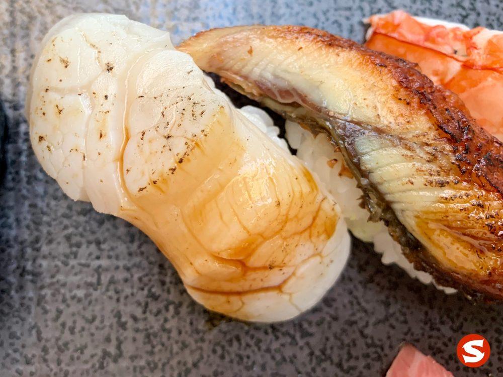 hotategai (scallop) nigiri closeup