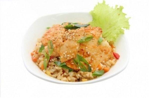 Рис чесночный с лососем и овощами