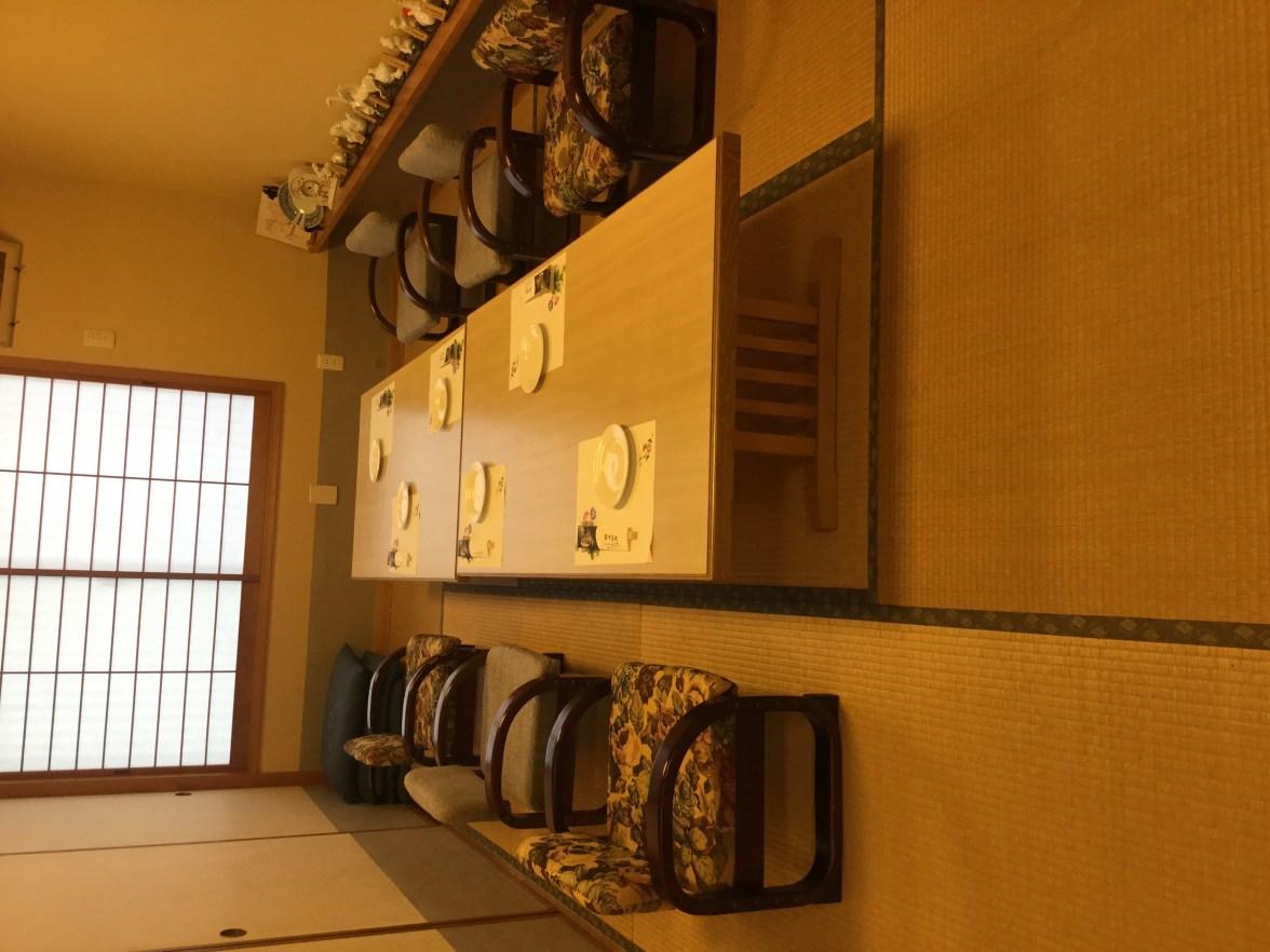 養父市の寿司屋「ふなき 」では足の悪い方の為に椅子を用意してます