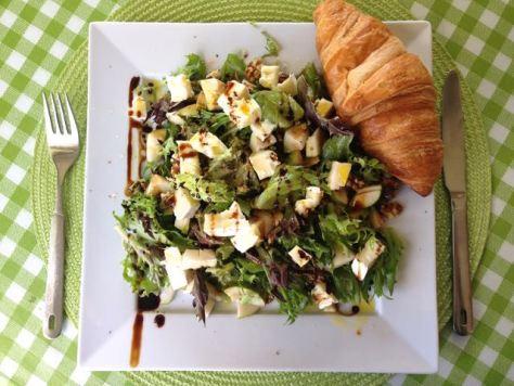Brie Isomixi -salaatti