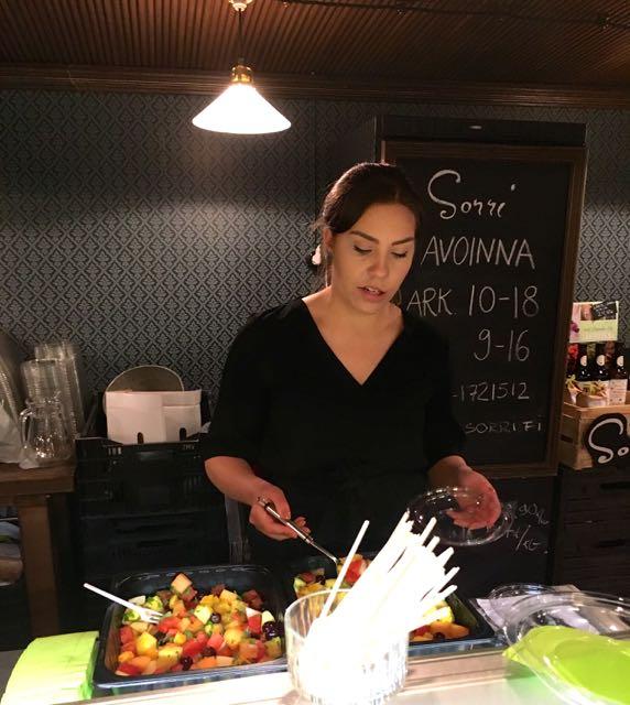Veera Sorri viimeistelee tuoretta hedelmäsalaattia.