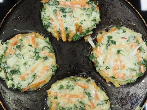 Okonomiyaki-letut pannulla