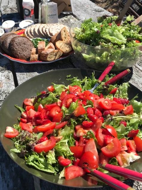 Salaateista syntyy hetkessä väriä pöytään.