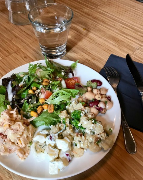 Salaattilautasesta tulee lisukkeiden kera runsas.