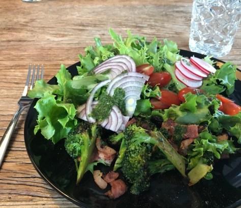 salvia-pekoni-salaatti