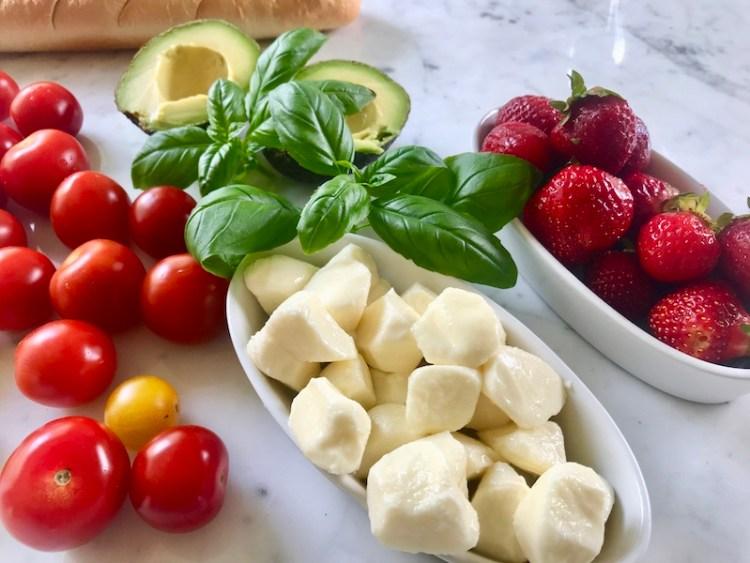 tomaattia, mozzarellaa ja mansikoita