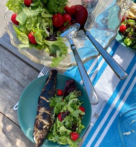 Hiillostettu kala ja mansikka salaatti