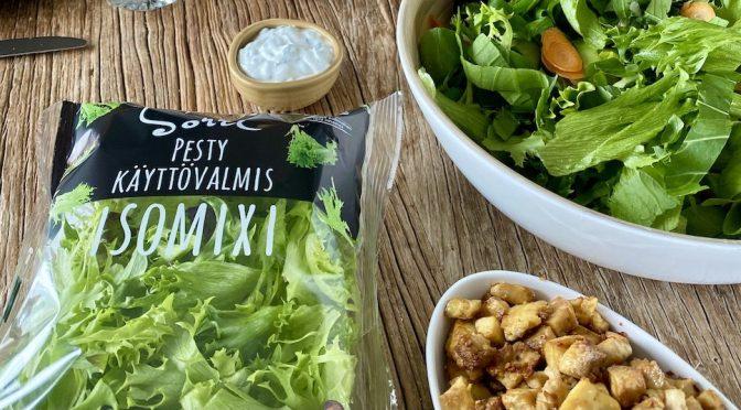 Paahdettu uunitofu-salaatti yrttisellä kastikkeella maistuu kaikille