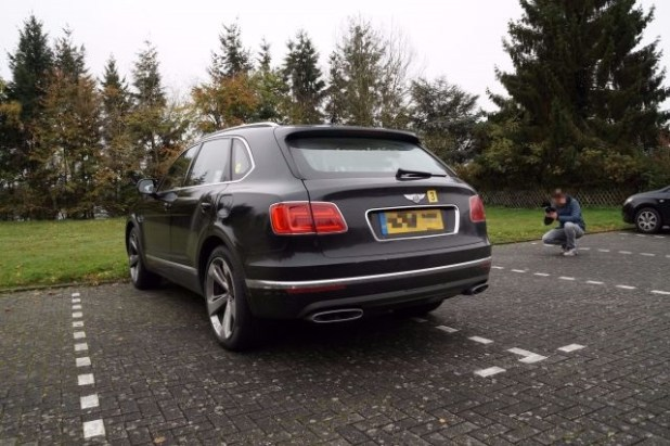 2019 bentley bentayga plug in hybrid rear view