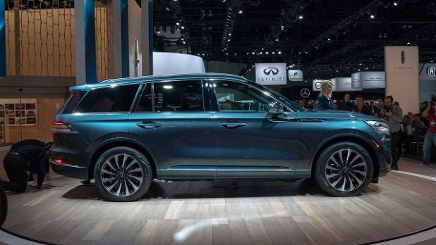 2020 Lincoln Aviator side view