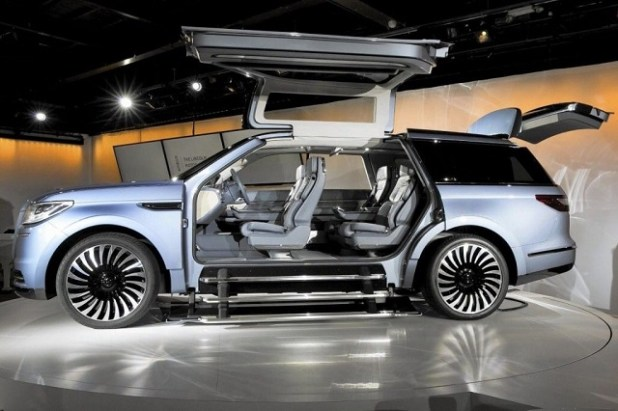 2020 Lincoln Navigator Hybrid side view
