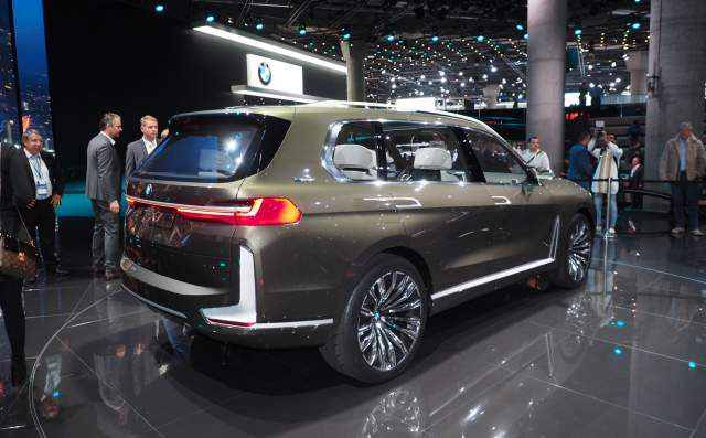 2019 BMW X7 fuel cell SUV side