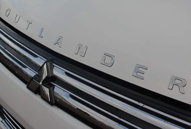 2020 Mitsubishi Outlander badge