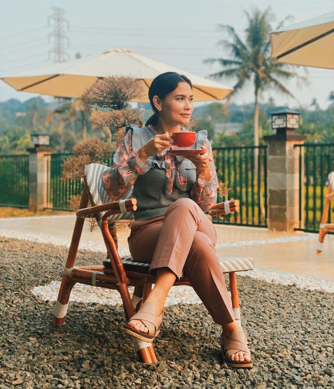 Cafe Pinggir Kali Megamendung
