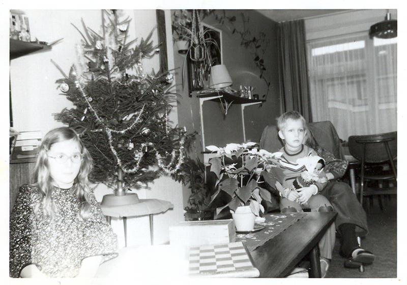 kerst 1975. Troostkoper zit links in een door haar moeder zelf gemaakte retro kiel.