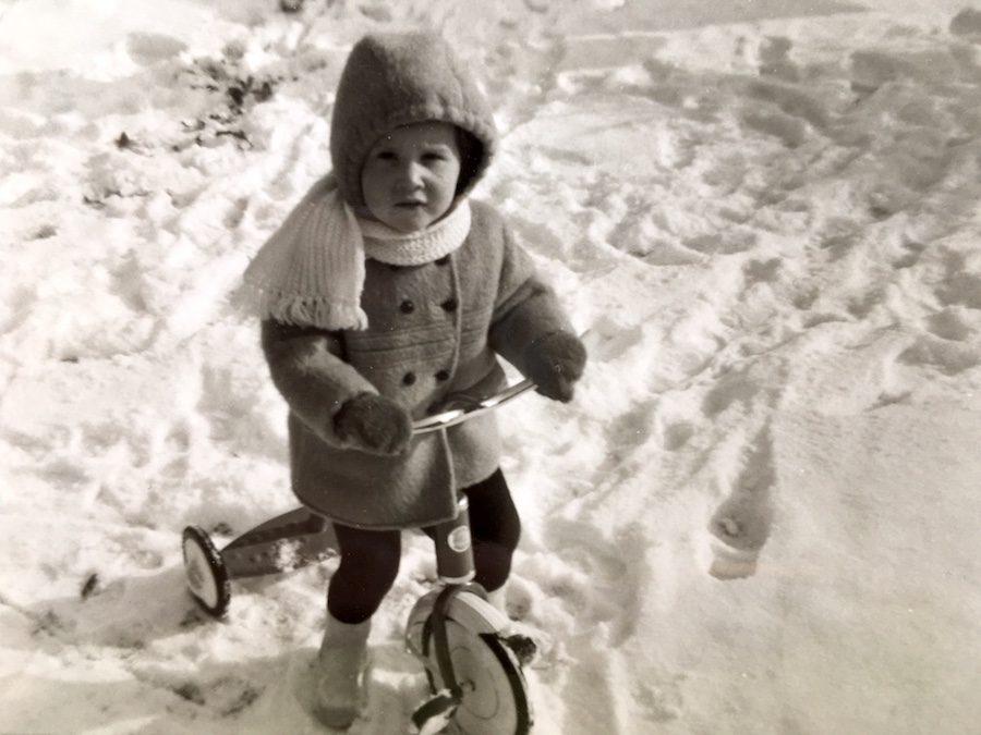 schrijver op driewieler in de sneeuw