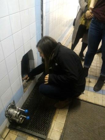 Meghan going inside the empty pezsgő tank