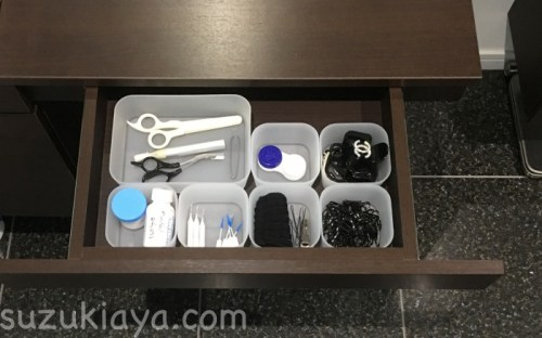 洗面台の引き出しによく使うものをセリアの整理トレーに収納