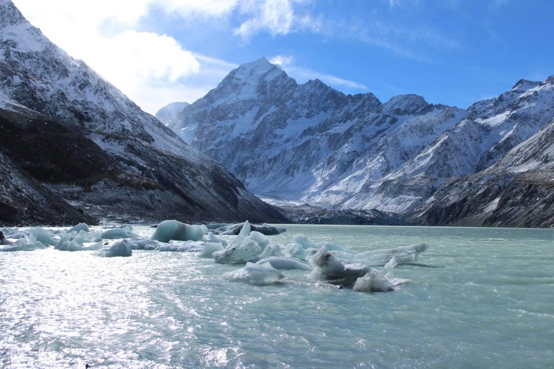 aoraki/mount cook mountain behind glacial lake