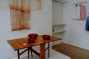 Jacob Gradin Forsbergs bord, Elfroda Sjöbergs keramik och Jenny Foglerts kimono. I bakgruden Petter Rhodiners koppar.
