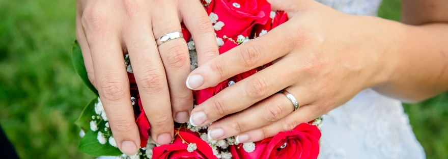 ruce_na_kytici_snubni_prsteny