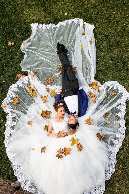 zenich a nevesta posypani podzimním listím