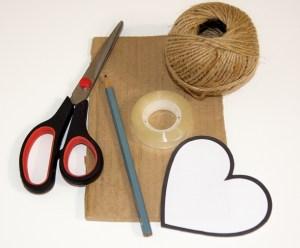 karton, nůžky, tužka, jutový provázek, lepící páska a papírová šablona srdce