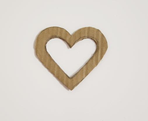 vystřižený tvar srdce z kartonu z prázdným středem