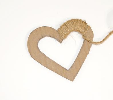 karton ve tvaru srdce částečně obmotaný jutovým provázkem