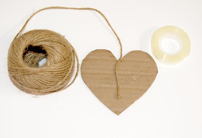 vystřižený tvar srdce s přilepeným jutovým motouzem lepící páskou