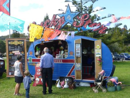 TRAILER FOOD – Lucky Star with customers