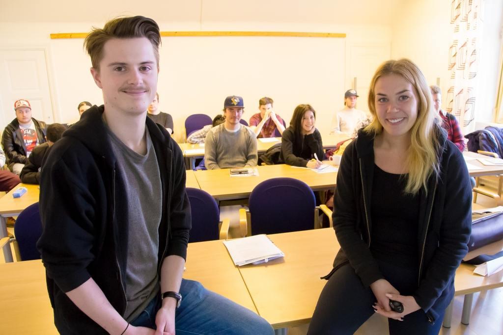 Adam Wallin och Emelie Vennberg från Ekonomismart tipsar unga runt om i landet hur man blir just ekonomismart. Foto: Morgan Grip