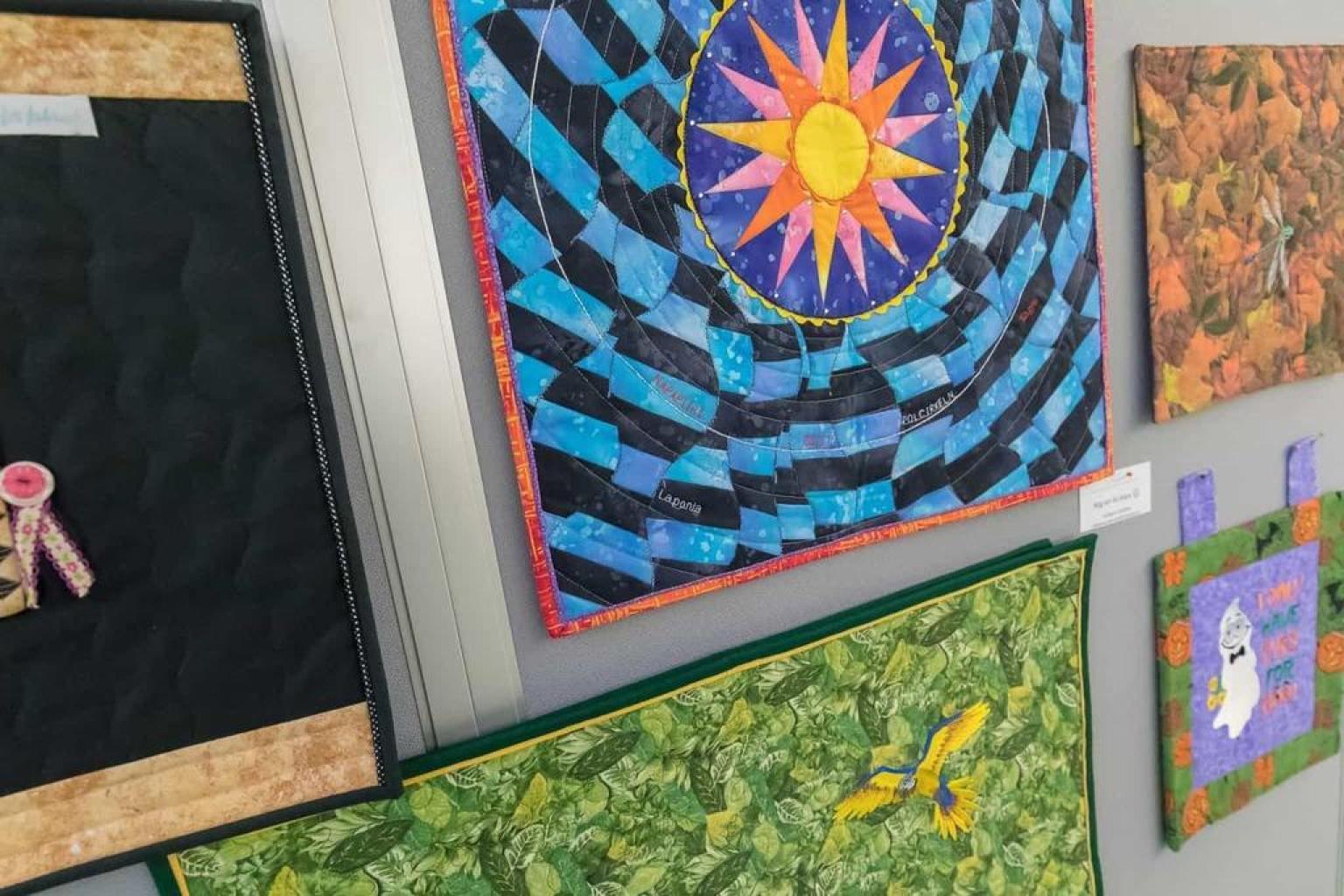 Lapp på lapp och många sömmar i månadens utställning i Ljushallen. Foto: Morgan Grip