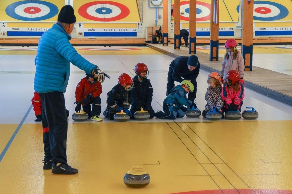 Sportlovslediga barn och ungdomar provade på curling. Foto: Peder Carlsson