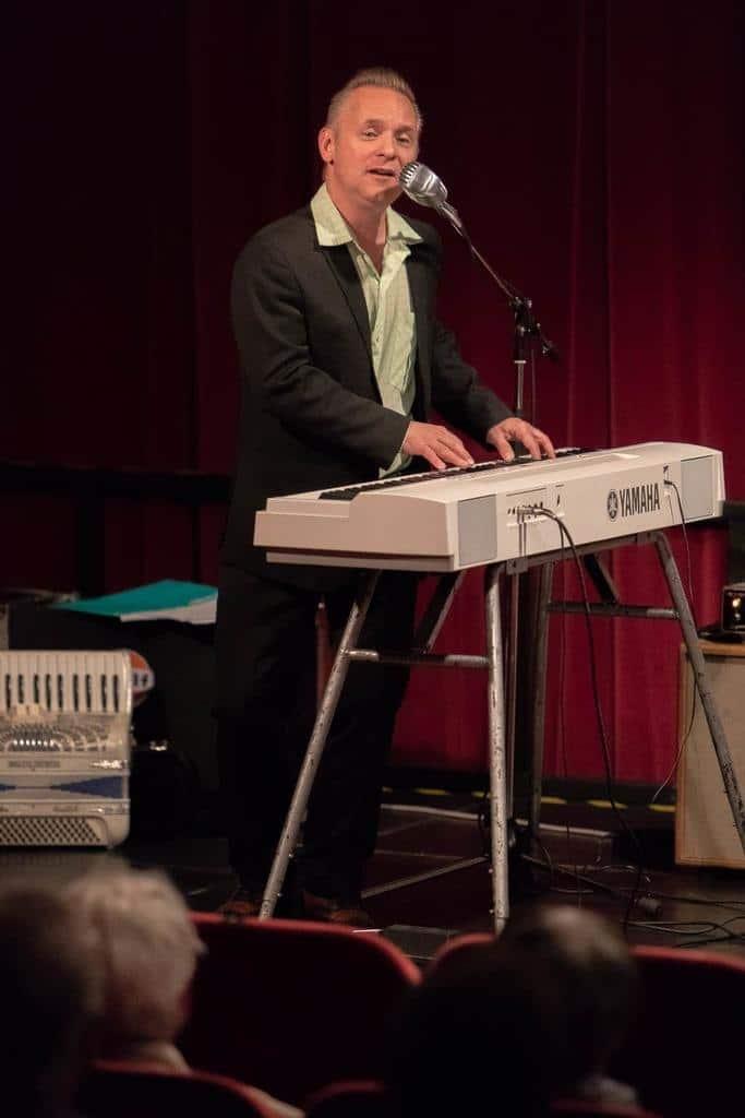 – Jag har aldrig lärt mig att spela så mycket piano som jag gjorde tillsammans med Arne och han spelade ju inte ens piano själv så det säger väl en hel del om hans musikbegåvning och hans förmåga att vägleda, säger Kingen Karlsson. Foto: Morgan Grip