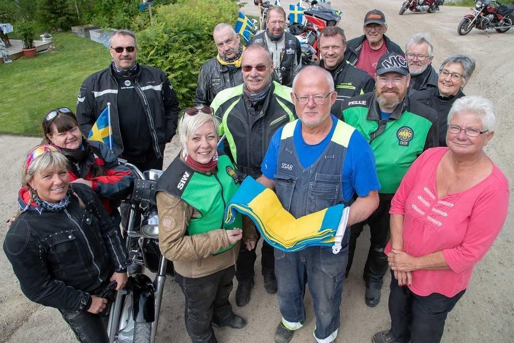 Börje och Maria Sundell i Ytterberg fick fint besök på nationaldagen när ett gäng motorcyklister från SMC Jämtland kom på besök för att leverera en svensk fana. Foto: Morgan Grip