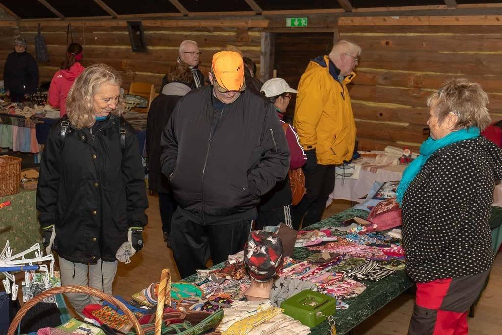 En hel del folk hade hittat till hembygdsföreningens höstmarknad, trots det både kyliga och regniga höstvädret. Foto: Morgan Grip
