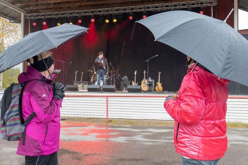 Dagens konferencier Ewert Ljusberg underhöll från scenen, tillsammans med bland andra Patriks Combo. Foto: Morgan Grip