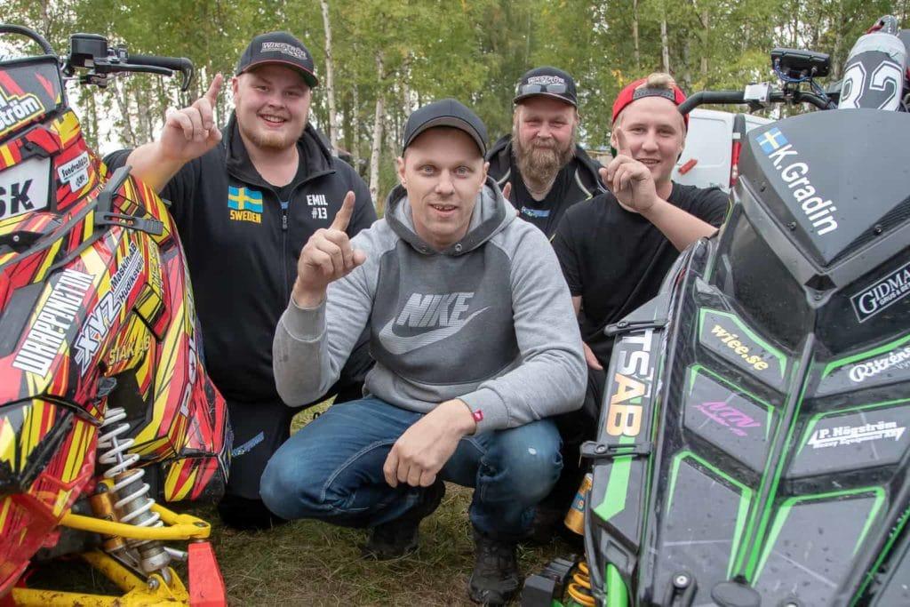 """Lag """"Eka med S"""" bestående av Emil Wikström, Kalle Gradin, Stefan Wikström (lagledare) och Adam Hedin körde bäst på Hån på lördagen och segrade i Miniyrans lagtävling i watercross. Foto: Morgan Grip"""