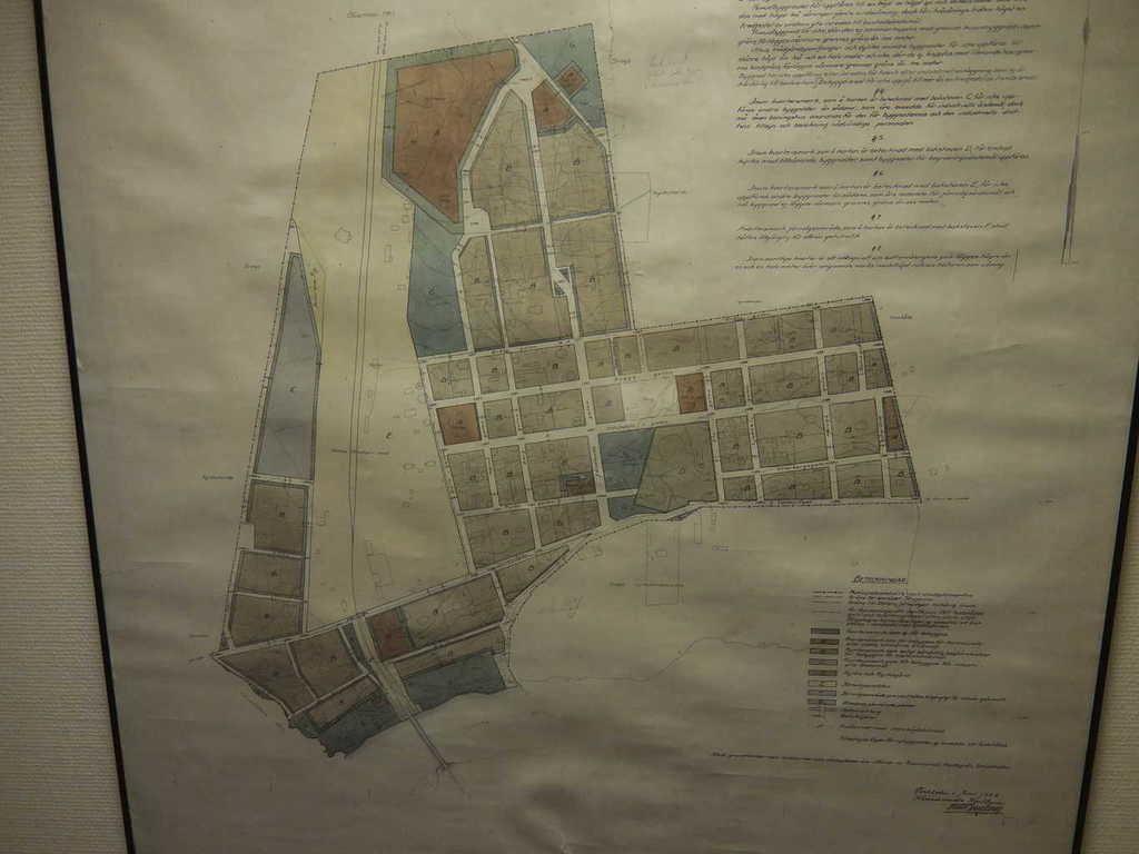 Svegs stadsplan från 1922. Nu börjar det bli mer ordning på gatunäten i centrala Sveg samt vad gäller fastighetsbeteckningar i Svegs municipalsamhälle. Bebyggelsemässigt börjar Sveg sakta anta formen av ett ordnat samhälle med gator för lite mer moderna färdmedel. Men det hade tagit tid innan antalet bilar ökade. Det var först på 1920-talet som bilparken i Härjedalen ökade med Z-registrerade bilar. Enligt biltrafikförordningen från 1906 skulle alla bilar i Sverige tilldelas en bokstav och för Jämtlands län gällde bokstaven Z. Annorlunda var det med gatunäten i Kåkstaden som här och där inte hade densamma kvalité som i Svegs centrum. Det finns en bild, se nästa bild, som visar på undermålig vägstandard. I bakgrunden skymtar taket på Amerikahuset från 1922 och på Svegsgatan är några smågrabbar på väg mot något spännande. Sveg var då ett municipalsamhälle sedan 1909, en utbrytning ur Svegs kommun. 1919 blev det obligatoriskt för alla kommuner att ha ett fullmäktige. 1937 på nyårsafton fick Sveg status som köping, en sammanslagning av Svegs municipalsamhälle (som upphör) och en del av Svegs kommun, övrig del av kommunen får benämningen Svegs landskommun. 1967 slås Svegs landskommun och Svegs köping samman under namnet Svegs köping. 1971 ändras namnet till Svegs kommun och 1974 i samband med den stora kommunreformen kommer Härjedalens kommun till världen. Stadsplanen från 1922 utförd av Kartbyrån i Stockholm i juni 1922. Tyvärr är arkitektens namn svår att utläsa. Bild: Kulturförvaltningen, Härjedalens kommun