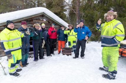 Det blev ett mysigt 40-årsjubileum tillsammans med Svegsbygdens skoterklubb och några Äggenbor som gjorde dem sällskap och skålade in det nya året, i alkoholfri skumpa. Foto: Morgan Grip