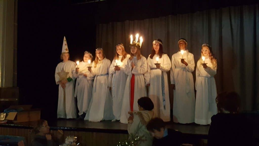 Lucia Julia Herrdin med tärnor och stjärngosse besökte julmarknaden i Lillhärdal. Foto: B-G Eliasson