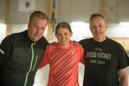 Ida Ingemarsdotter flankerad av spelande tränaren Mathias Nordqvist och hockeyordföranden Magnus Persson. Foto: Morgan Grip