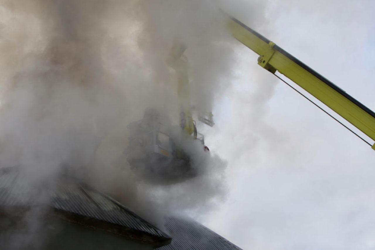 Kraftig rök bildas från det brinnande huset. Foto: Morgan Grip